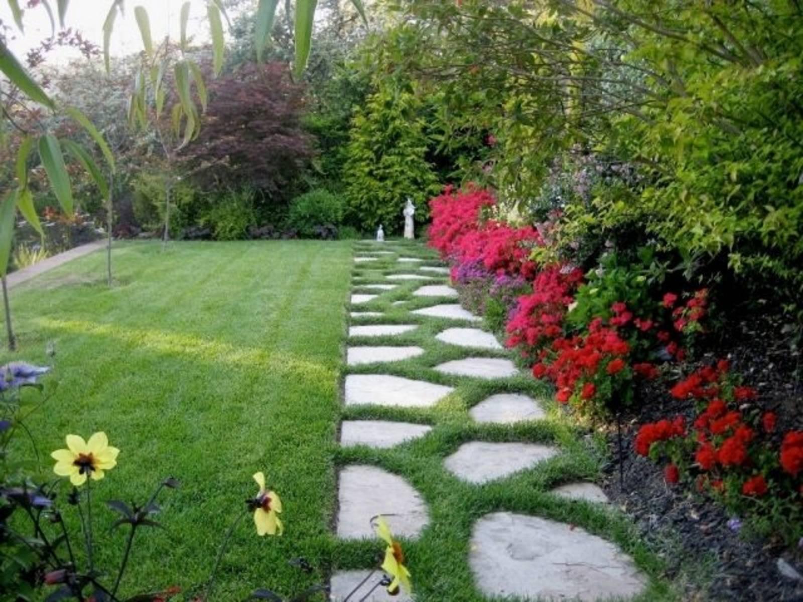 Création D'une Allée De Jardin Avec Gazon En Plaques Par ... intérieur Jardin Avec Galets Blancs