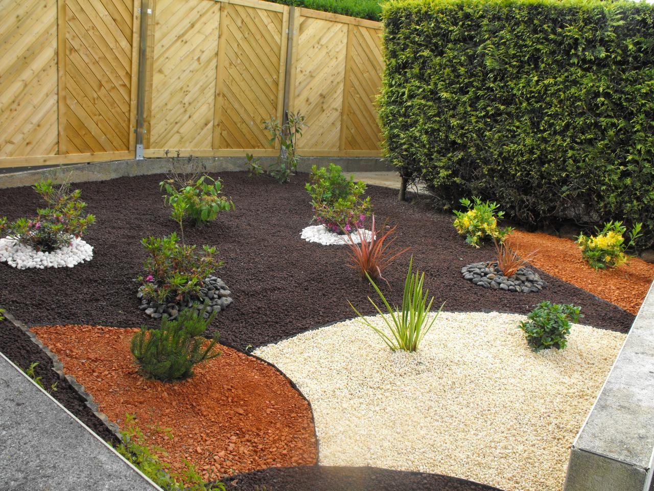 Creation Massif Arbustif Avec Paillage Pouzzolane/briquette ... à Jardin Avec Galets Blancs