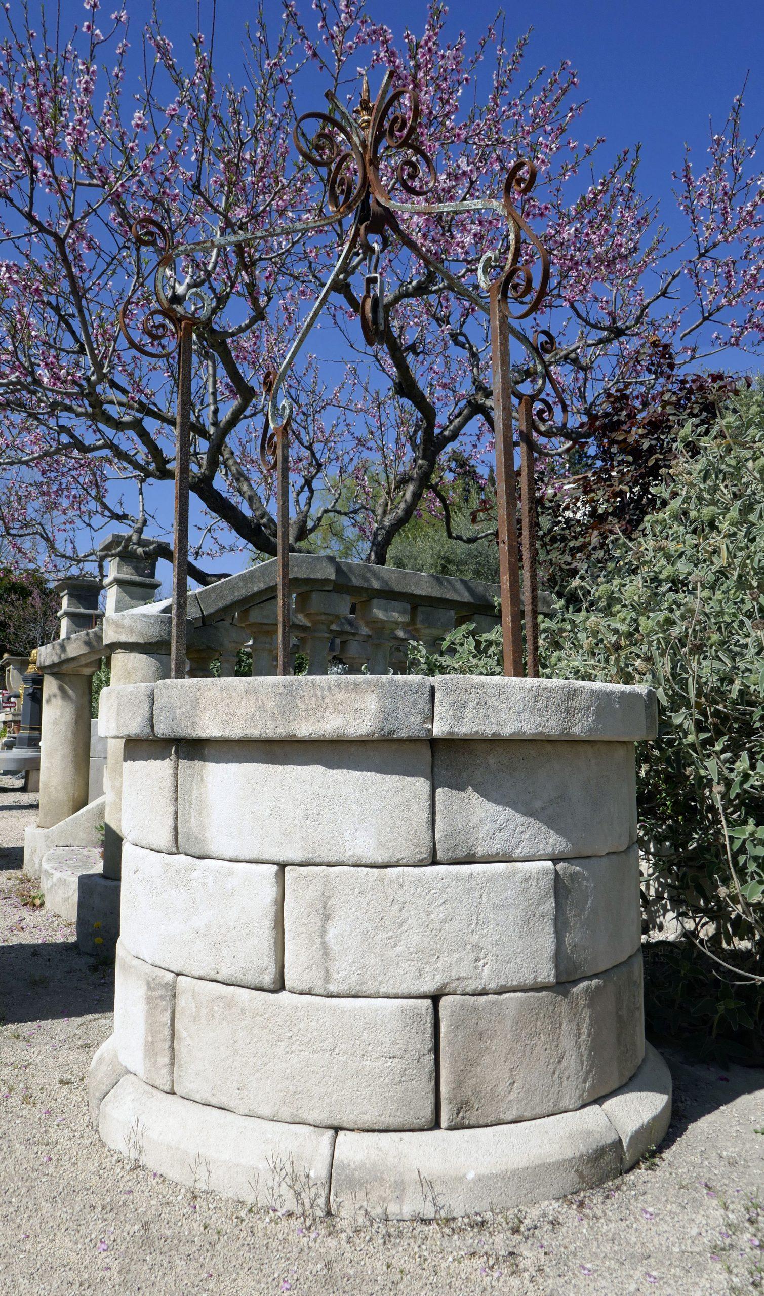 De Forme Circulaire, Ce Puits Décoratif Pour Jardin Est ... encequiconcerne Puit Decoratif Jardin