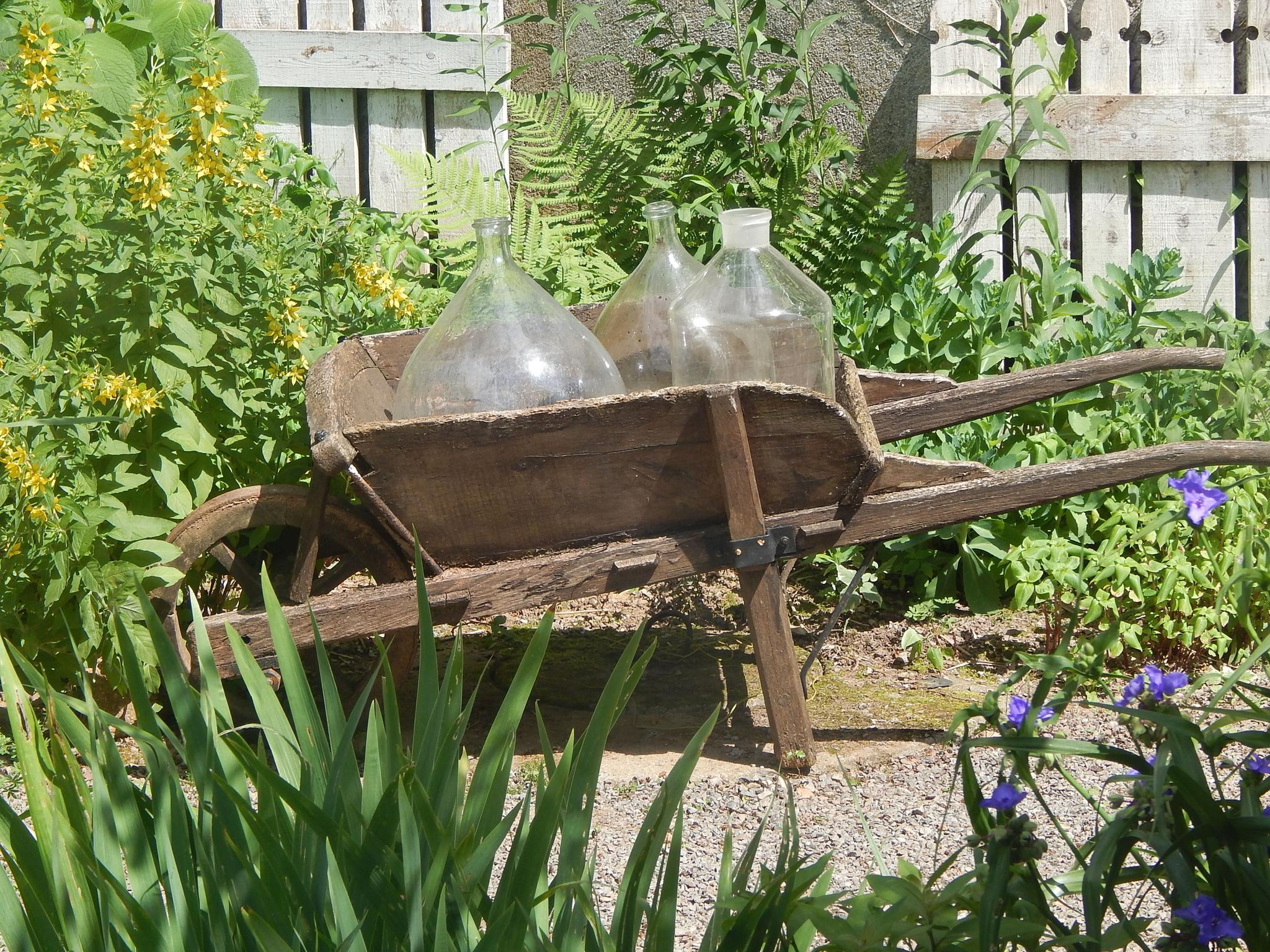 Décos Extérieures..... - A La Jonchére Saint Maurice destiné Brouette Deco Jardin