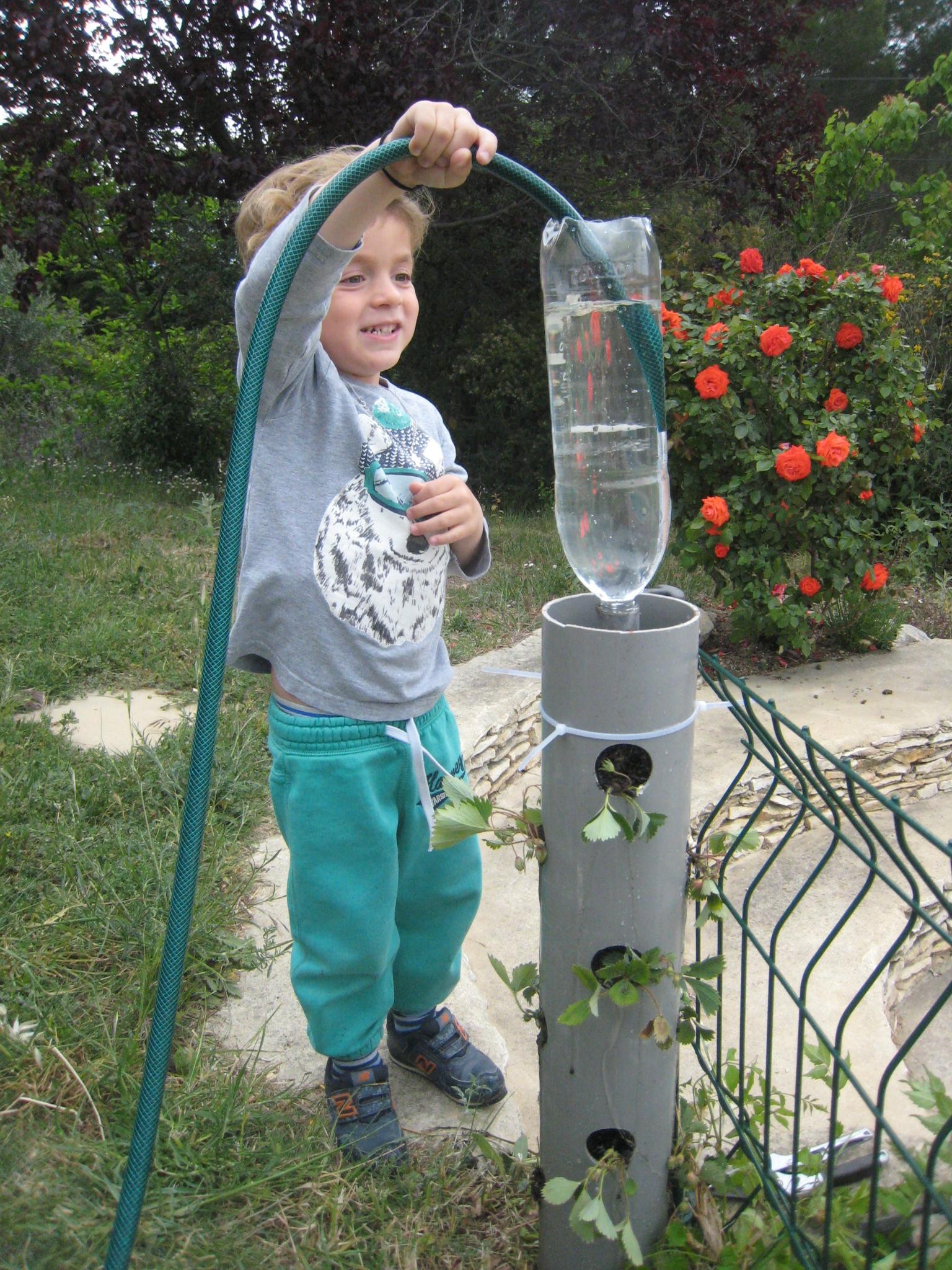Des Fraises En Hauteur Dans Un Tube Pvc - Créations Et ... concernant Fabriquer Un Jardin En Hauteur