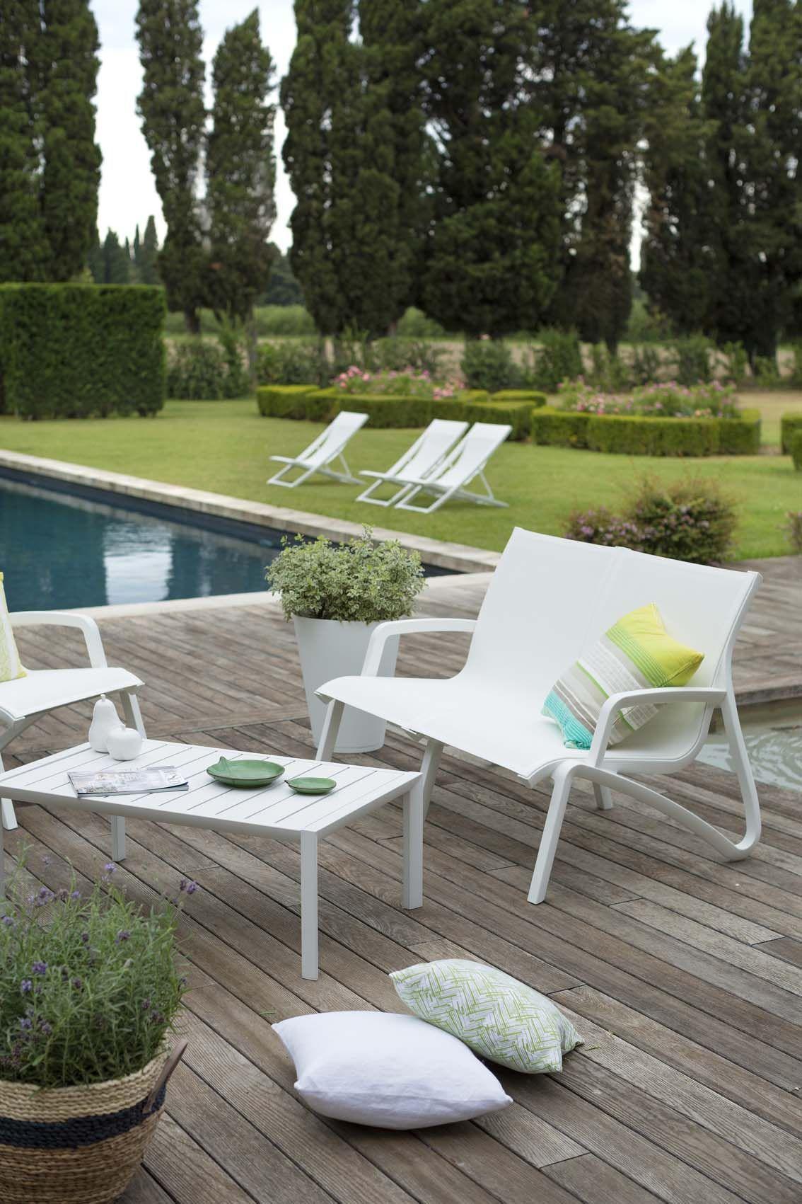 Détente Au Bord De La Piscine. Esprit Lounge Pour Ce Salon ... dedans Salon De Jardin Confortable