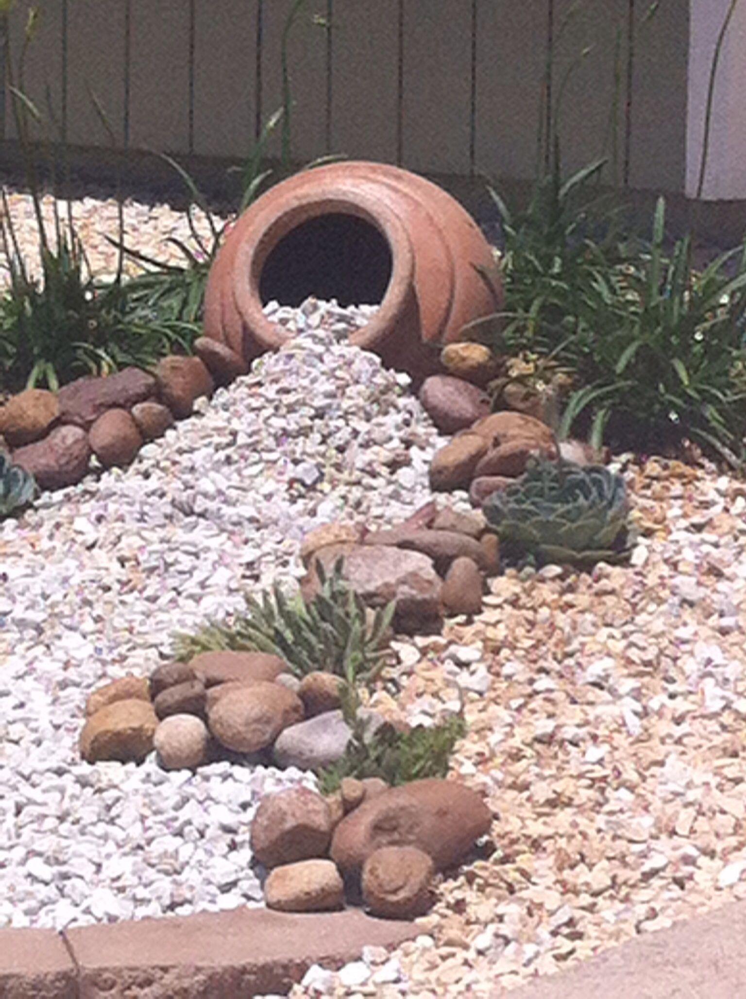 Eingebettete Amphore Mit Kleinen Steinen. #gartendeko ... à Amphore De Jardin