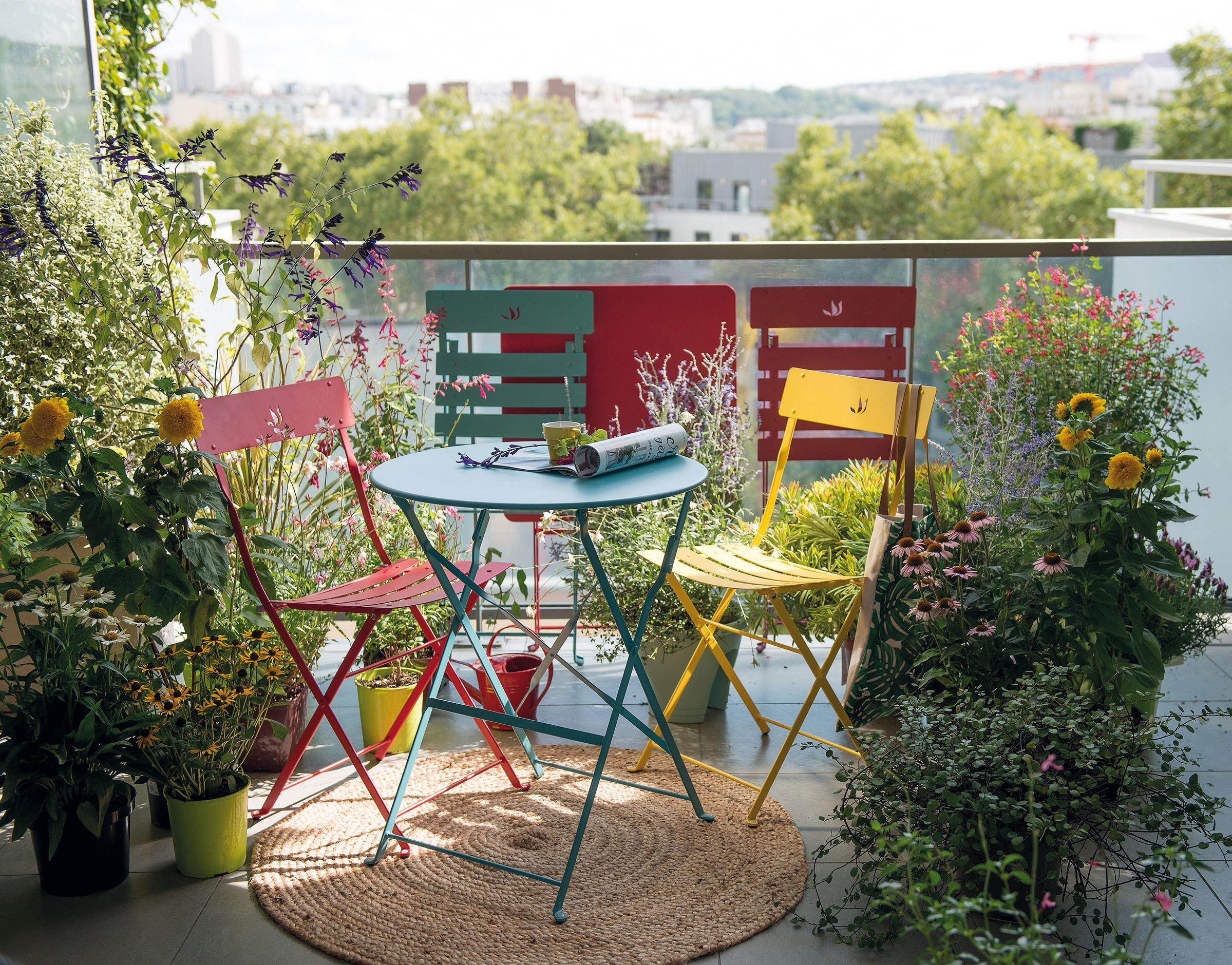 Embellir Son Balcon En Installant Des Jardinières Et Des ... concernant Faire Un Jardin Sur Son Balcon