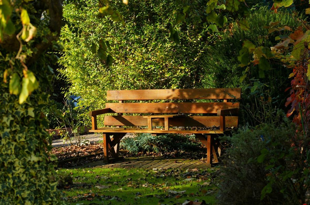 Embellissez Votre Extérieur Avec Un Banc De Jardin En Bois ... concernant Banc De Jardin Fonte Et Bois