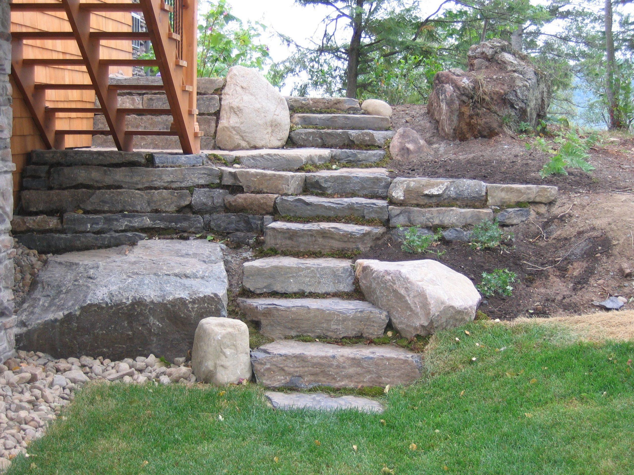 Escaliers Réalisés Avec Des Grosses Pierres Naturelles ... destiné Amenagement Jardin Avec Pierres