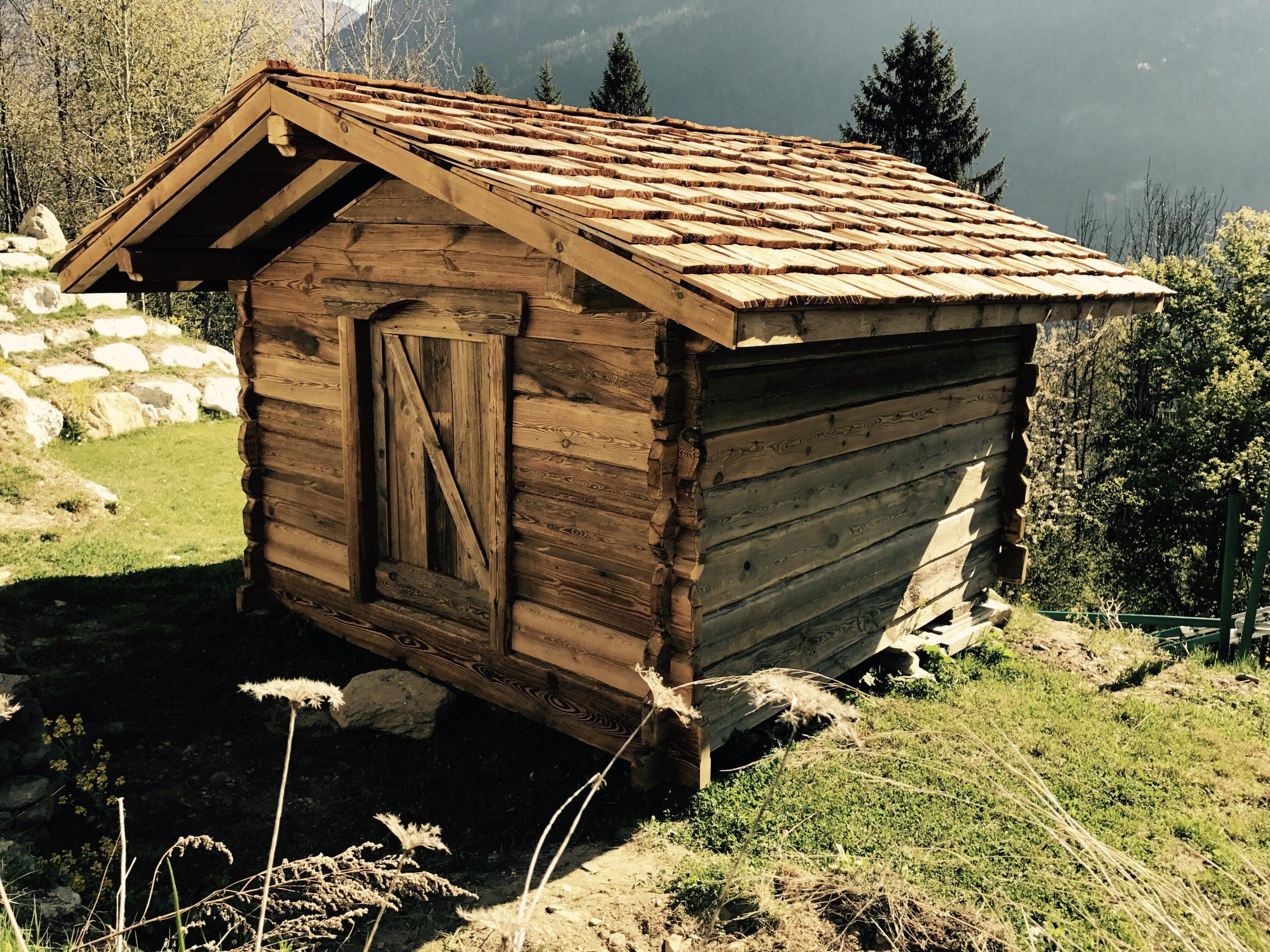 Fabrication De Mazot, Abri De Jardin, Meubles En Vieux Bois serapportantà Pavillon De Jardin Suisse