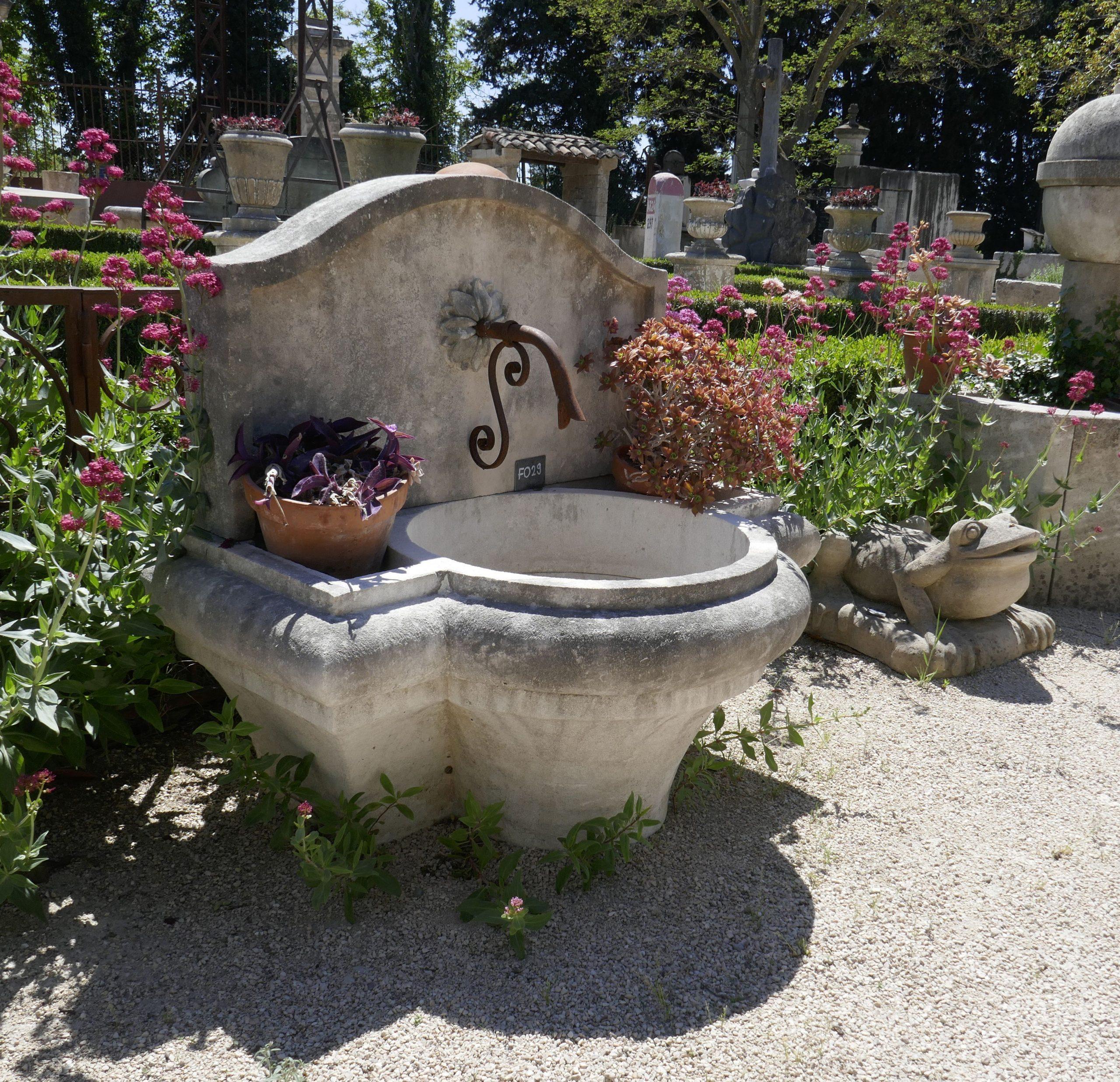 Facile À Installer Et À Entretenir, Cette Élégante Fontaine ... intérieur Installation Fontaine De Jardin