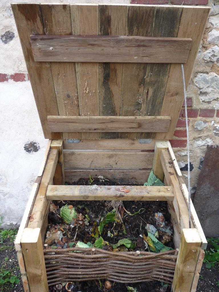 Faire Son Compost Pour Le Potager En Carrés à Composteur De Jardin