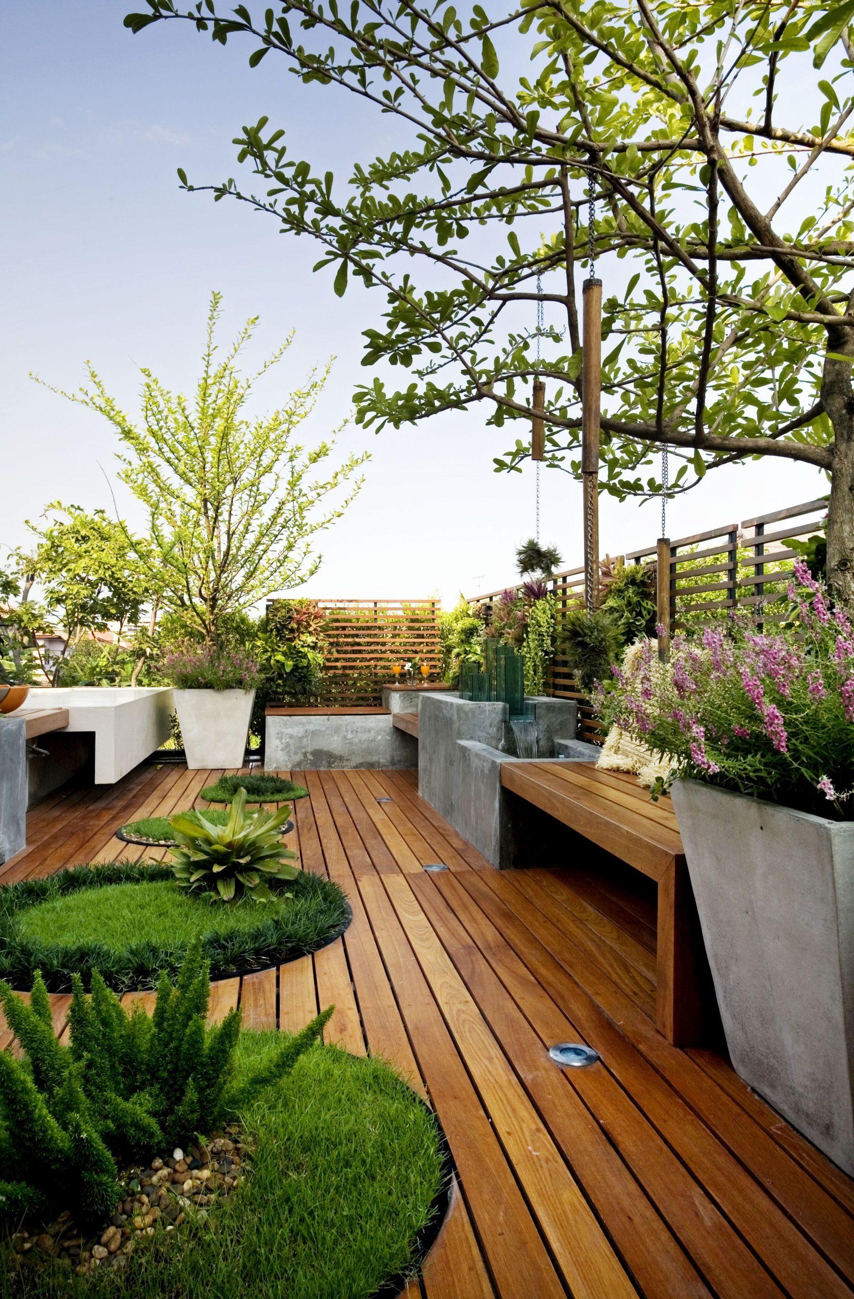 Gradina Pe Acoperis Cu Jardiniere Din Beton, Deck Lemn Si ... à Jardinieres Beton Pour Jardin