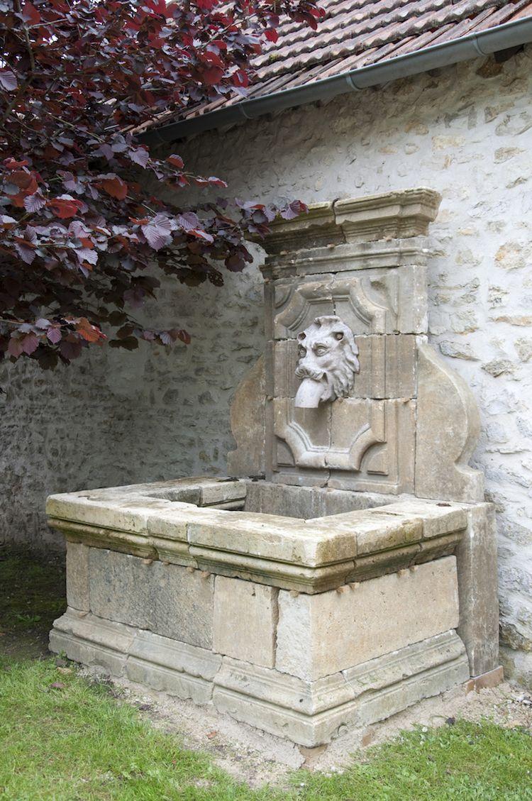 Installer Une Fontaine Murale De Jardin- Conseils, Vidéo ... avec Installation Fontaine De Jardin