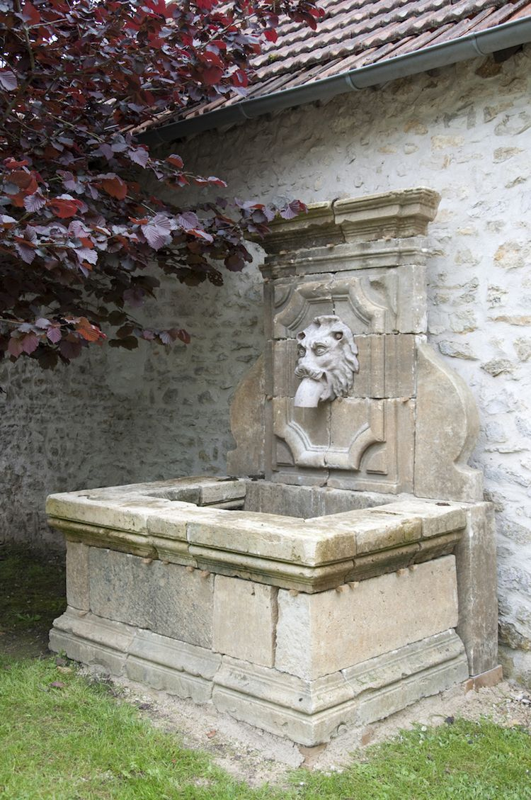 Installer Une Fontaine Murale De Jardin- Conseils, Vidéo ... avec Lion En Pierre Pour Jardin