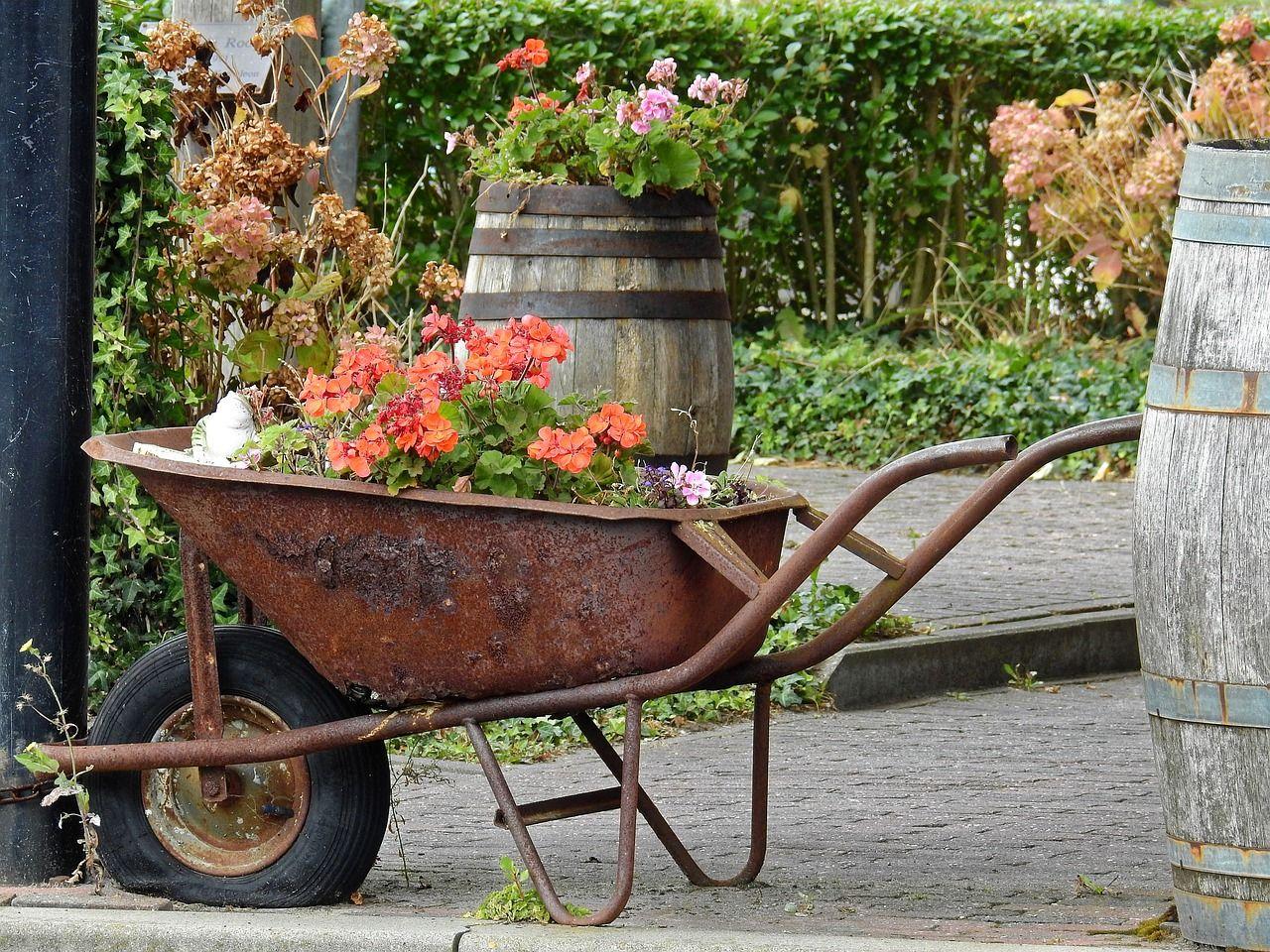 Instillez Un Esprit Factory Fleuri À Votre Jardin Avec Cette ... tout Brouette Deco Jardin