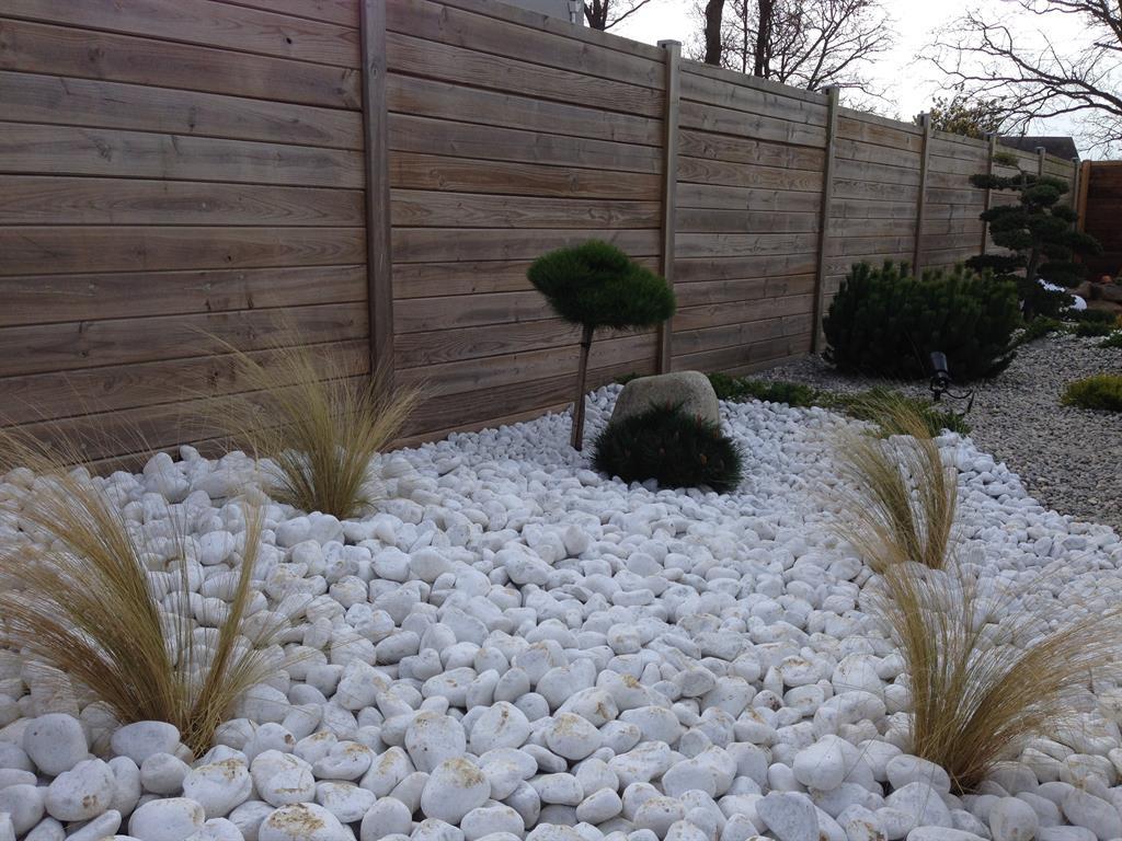 Jardin Paysagé Moderne Avec Galets Et Conifères Nains dedans Jardin Avec Galets Blancs