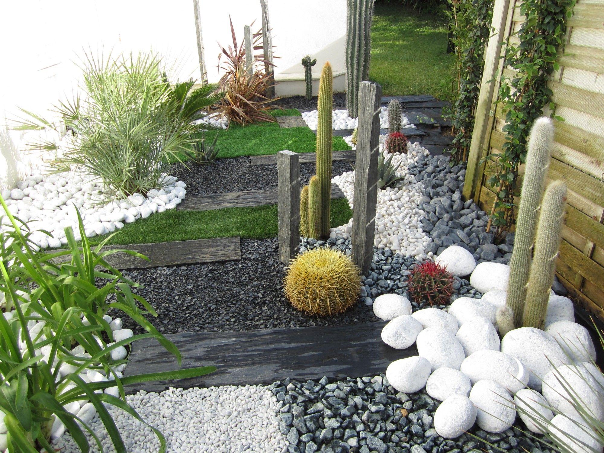 Jardin Sec: Cactus, Galets Polis Blancs, Gazon Synthétique ... concernant Amenagement Jardin Avec Pierres