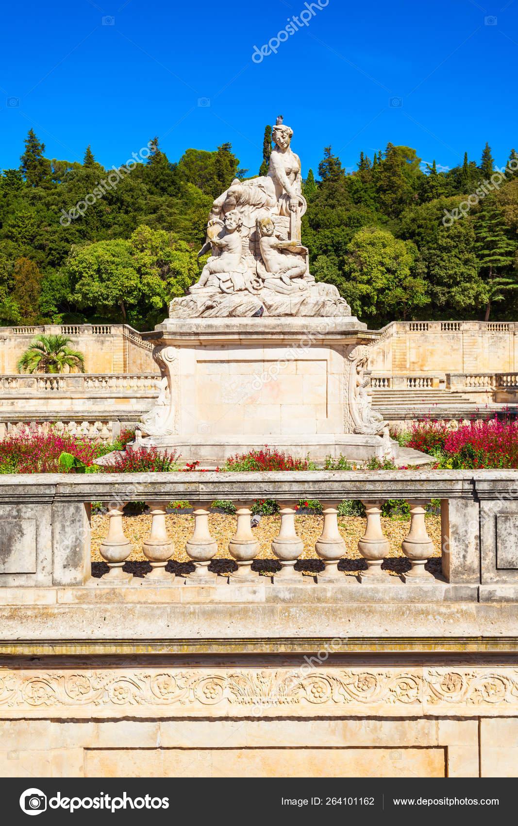 Jardins De La Fontaine Park — Stock Photo © Saiko3P #264101162 dedans Statue Fontaine De Jardin