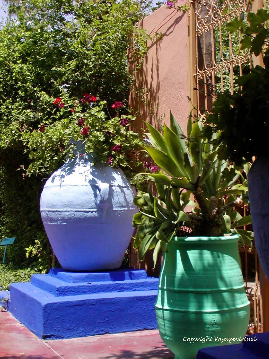 Jarres De Terre Cuite Colorées, Jardin Majorelle, Marrakech ... concernant Jarre Terre Cuite Pour Jardin