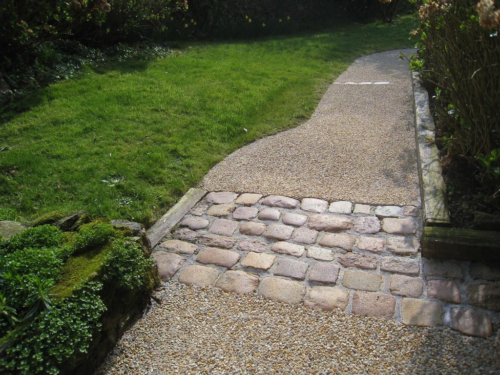 Kerbrat Jardins - Allée Béton Lavé Et Pavés D'écurie | Flickr tout Allée De Jardin En Béton