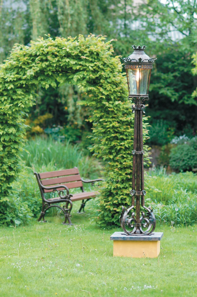 Lampadaire Pour Parcs Et Jardins. Appliques Et Petit Lampadaire Disponibles intérieur Lampadaire De Jardin Sur Pied