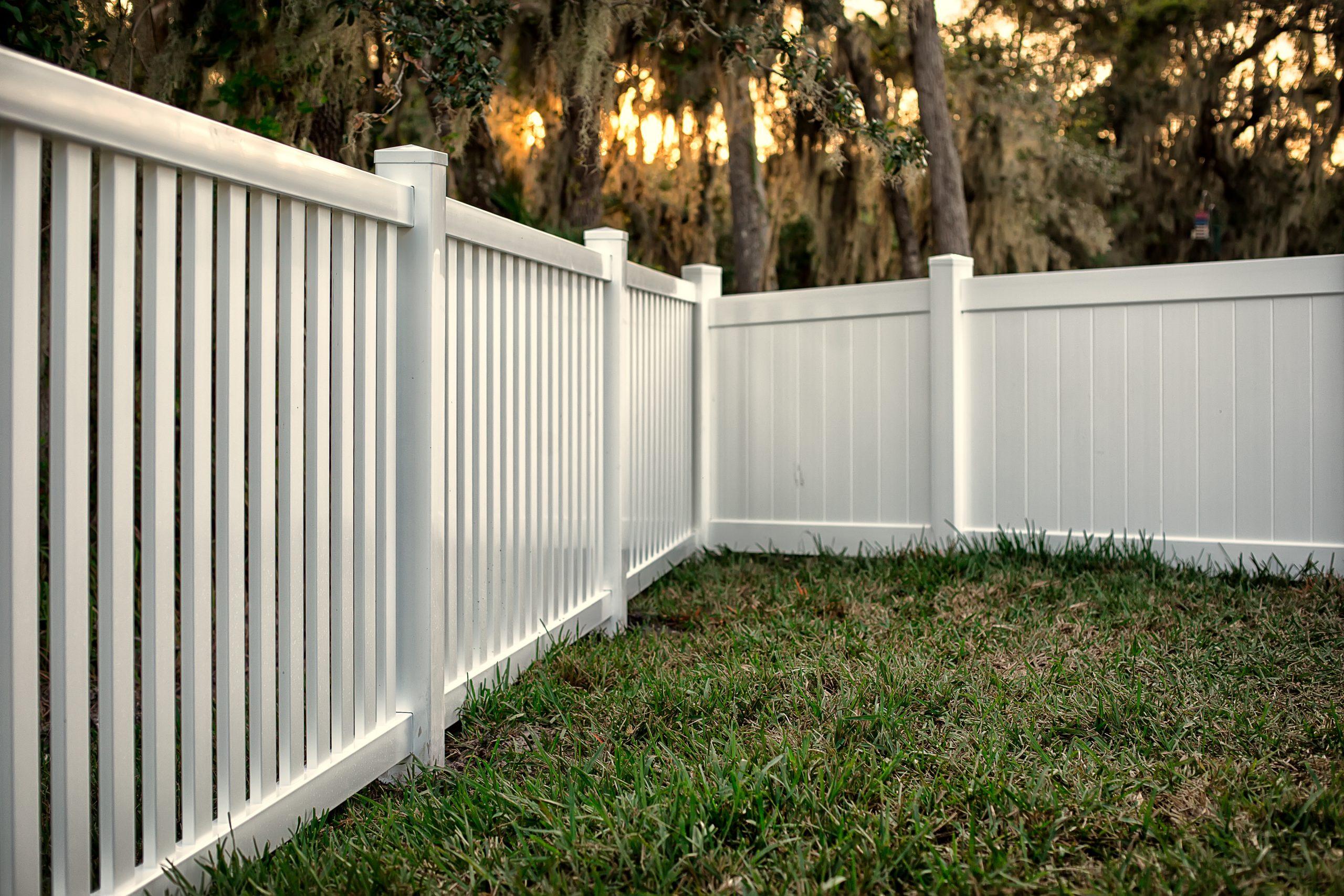 Les Différents Types De Clôtures Disponibles Pour Votre Jardin avec Barrière Bois Jardin