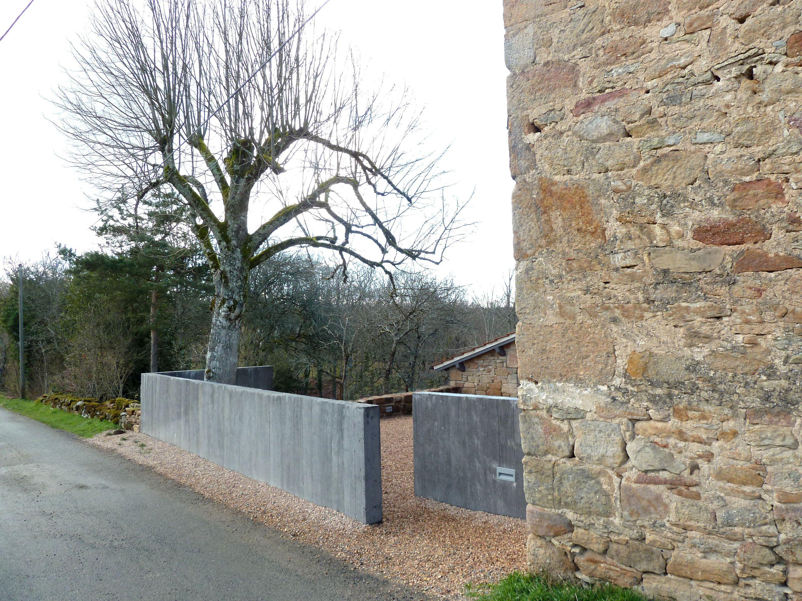Maison Pierre - Entrée Avec Mur En Béton Banché   Outdoor ... tout Petit Muret En Pierre Pour Jardin