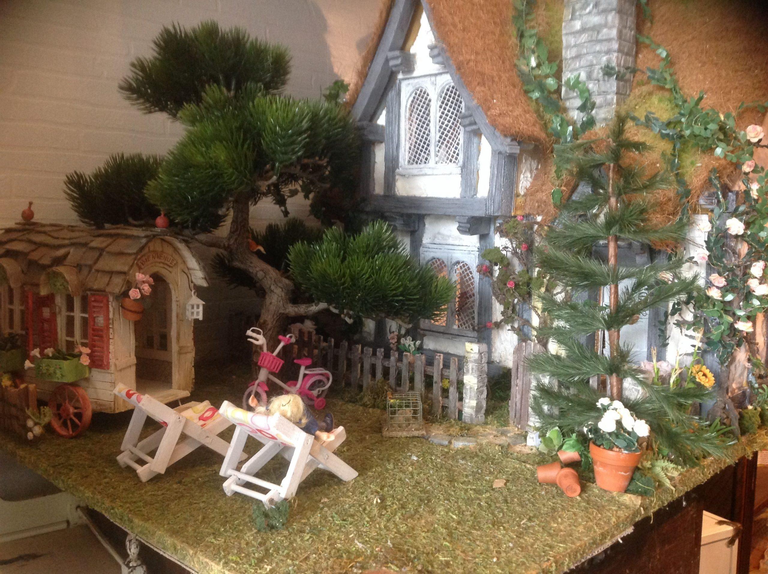 Maison Poupee Miniature Cottage Jardin | Poupées Miniatures ... serapportantà Maison Jardin Jouet