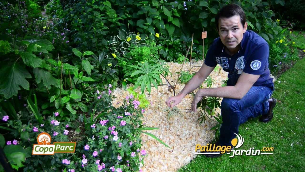 Mise En Place Du Paillage Copoparc Sur  Paillage-Jardin.mp4 concernant Copeaux De Bois Jardin