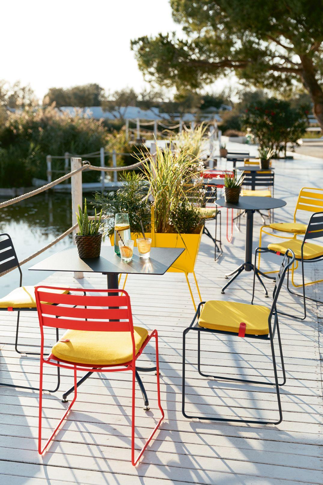 Mobilier #terrasse #restaurant #métal #couleur #surprising ... tout Salon De Jardin Métal Coloré