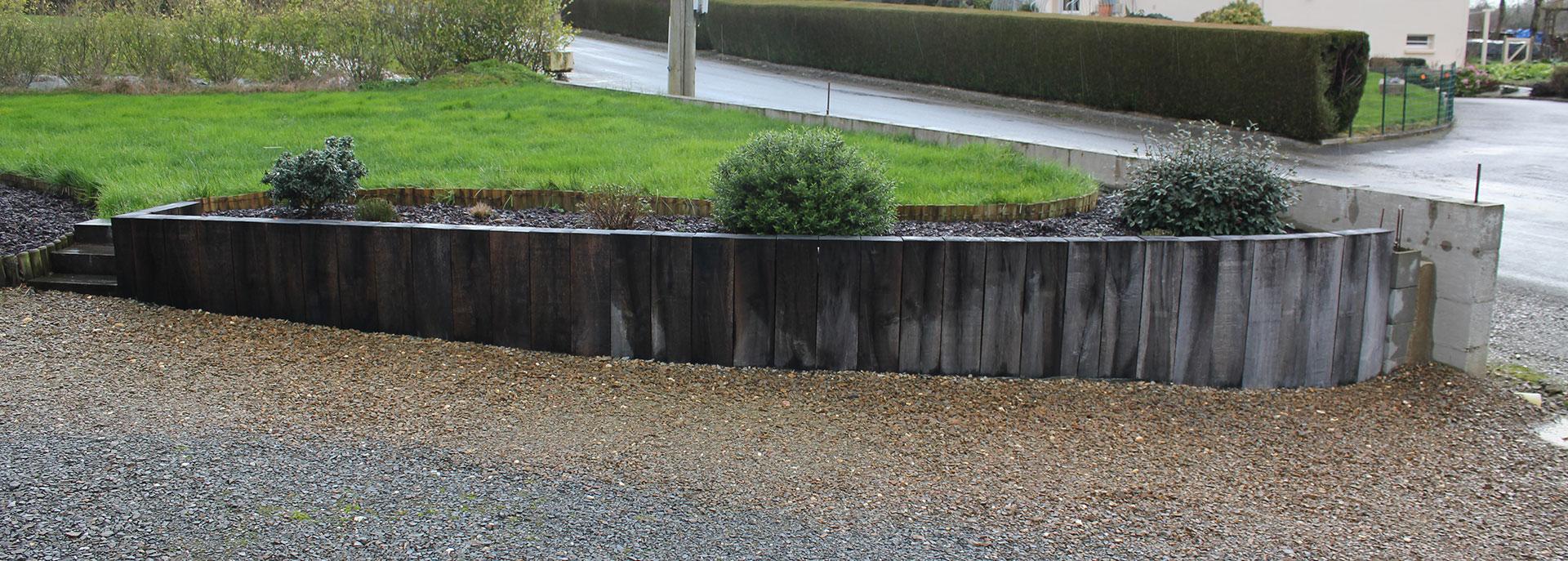 Muret De Soutènement En Traverses De Chêne | La Triskeline destiné Bordure Jardin Brico Depot