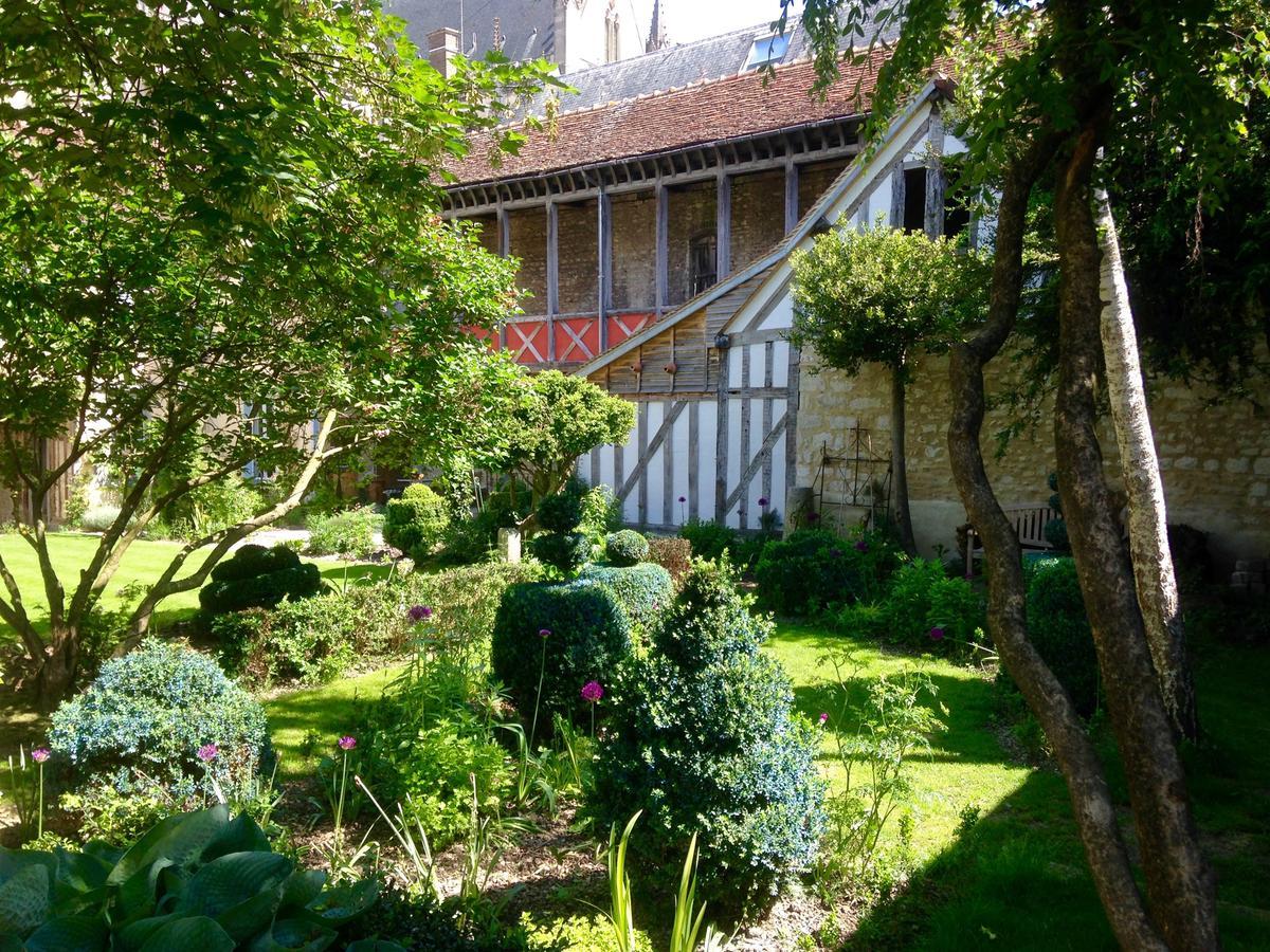 Oda Ve Kahvaltı Le Jardin De La Cathédrale (Fransa Troyes ... intérieur Salon De Jardin En Fonte Ancien