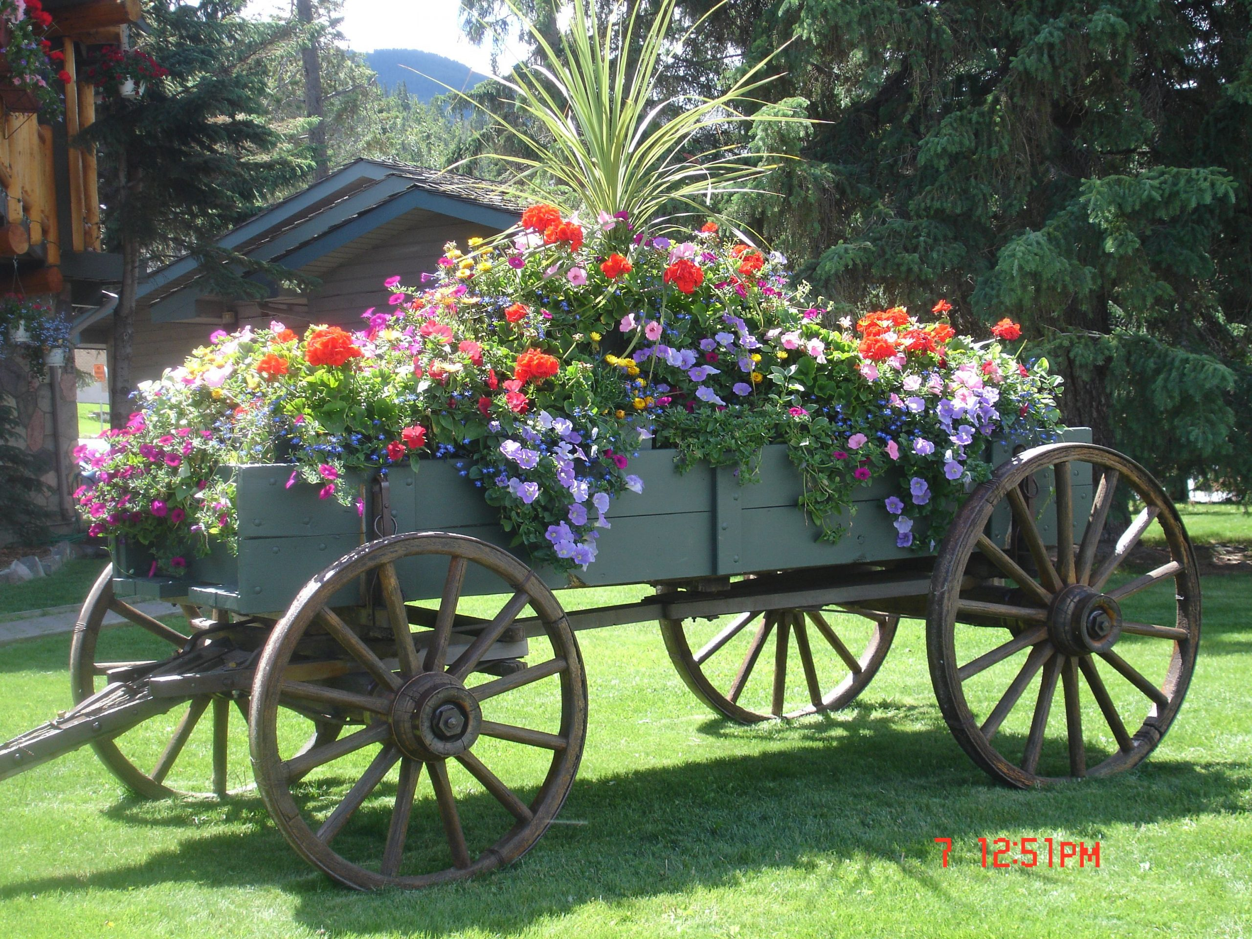 Overflowing Farm Wagon. Beautiful.   Art Des Jardins ... encequiconcerne Brouette Deco Jardin