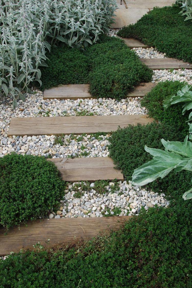 Pas Japonais En Planches De Bois Et Gravier Concassé Et ... dedans Cailloux Décoration Jardin