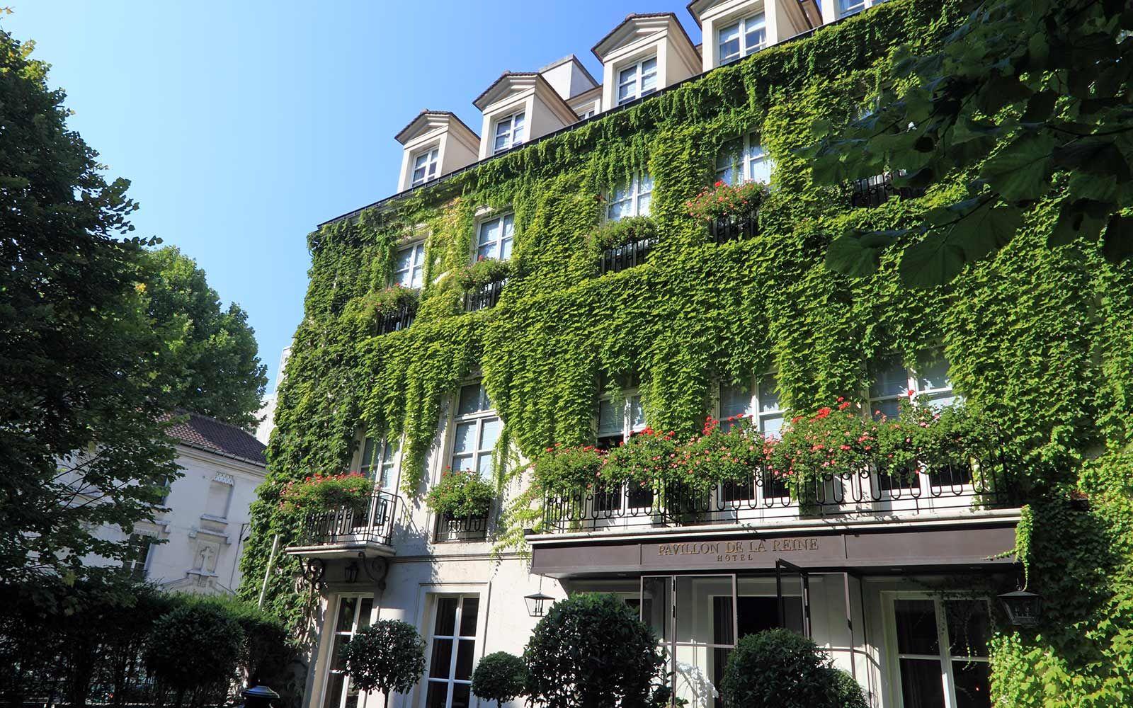 Pavillon De La Reine | Deluxe Hotel Paris | Official Web ... à Jardin Du Marais Hotel Paris