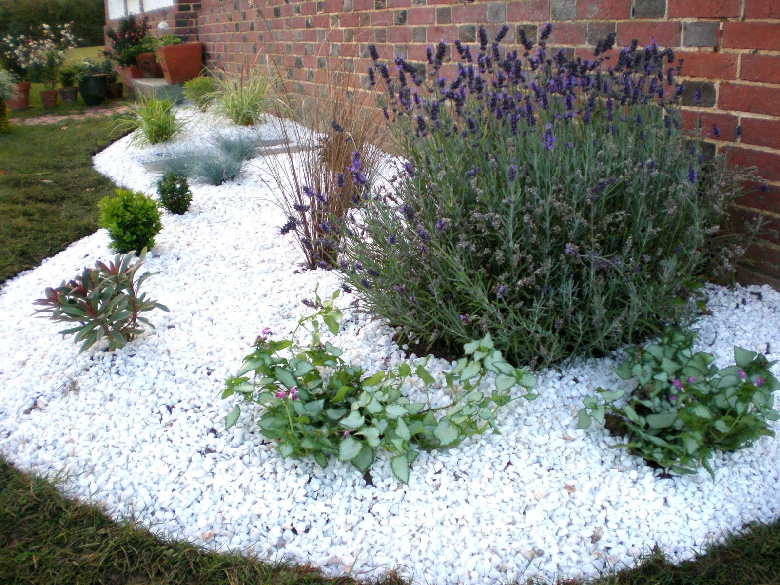 Préparation Du Sol Pour Créer Un Jardin Sur Gravier - Blog ... destiné Caillou Pour Jardin