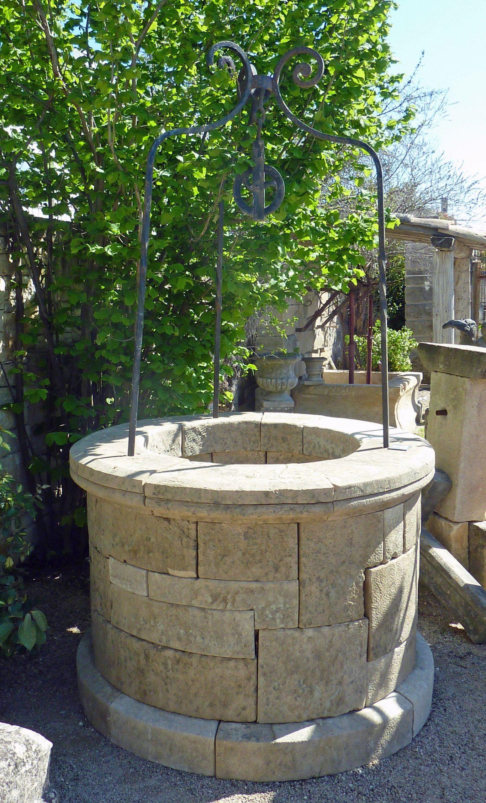 Puits De Jardin Avec Fût Circulaire Composé De Belles ... serapportantà Puit Decoratif Jardin