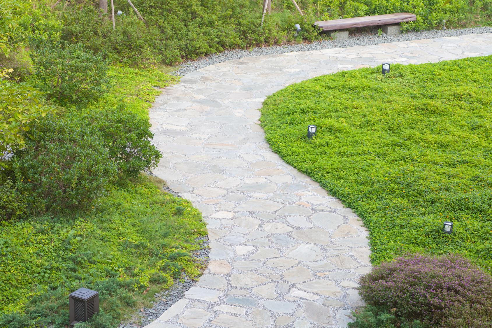 Quels Matériaux Pour Dessiner Une Belle Allée De Jardin ? à Allée De Gravier Jardin