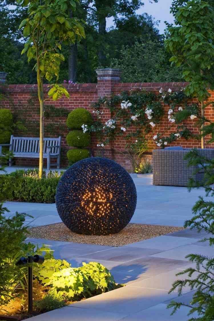Sculpture Moderne Pour Donner Un Souffle De Vie Au Jardin ... destiné Sphere Lumineuse Jardin