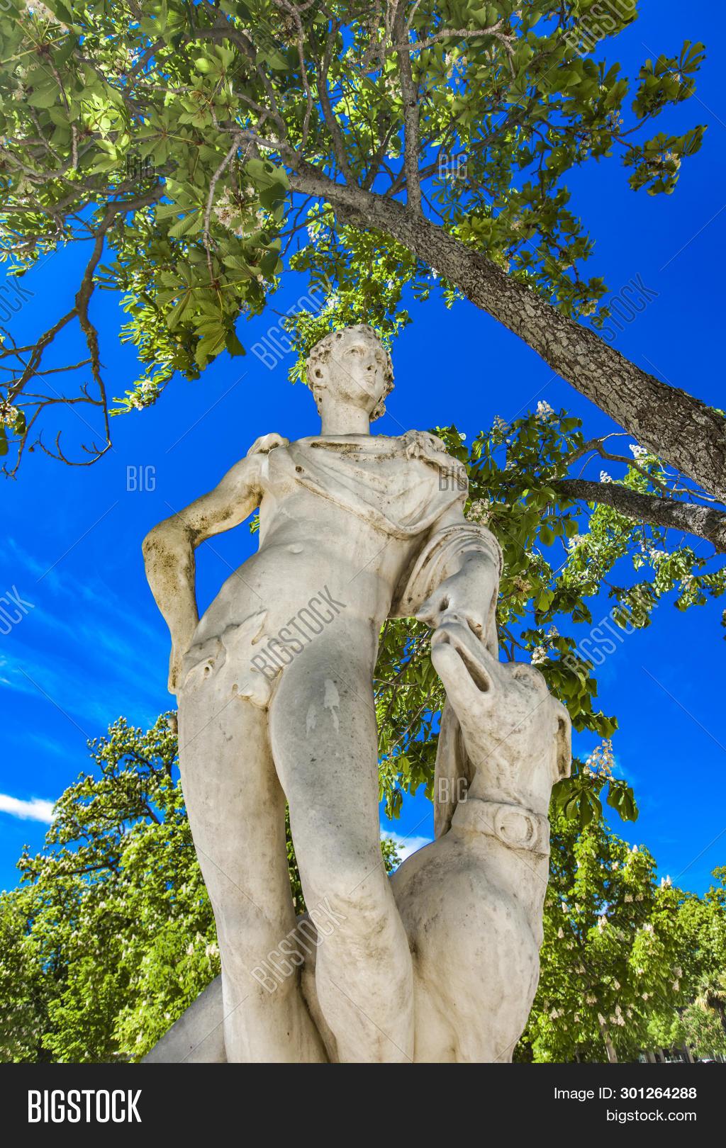 Statue Endymion, Son Image & Photo (Free Trial) | Bigstock destiné Statue Fontaine De Jardin