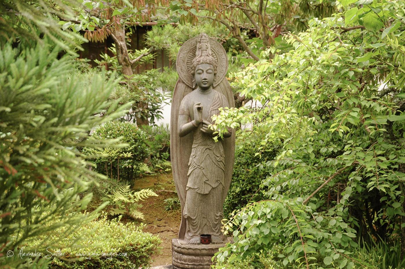 Statut Du Boudha Maitraiya Dans Le Jardin D'un Temple À ... concernant Statut De Jardin