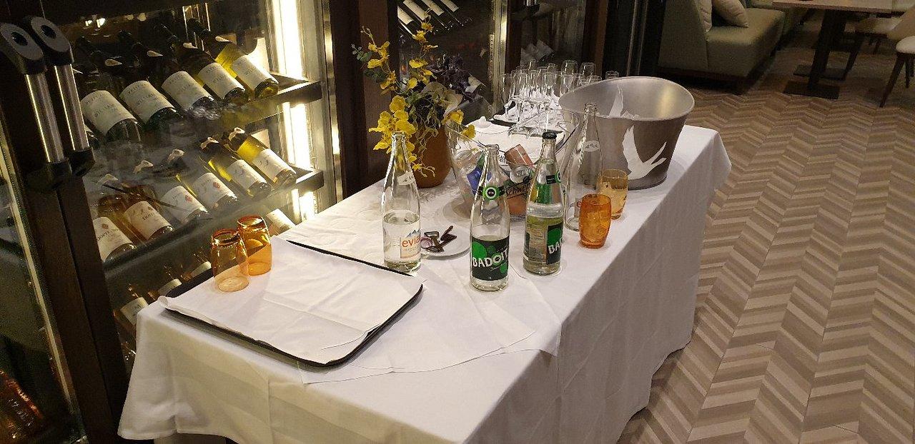 Table Bistrot Haute Génial Hilton Evian Les Bains Hotel ... intérieur Salon De Jardin Table Haute