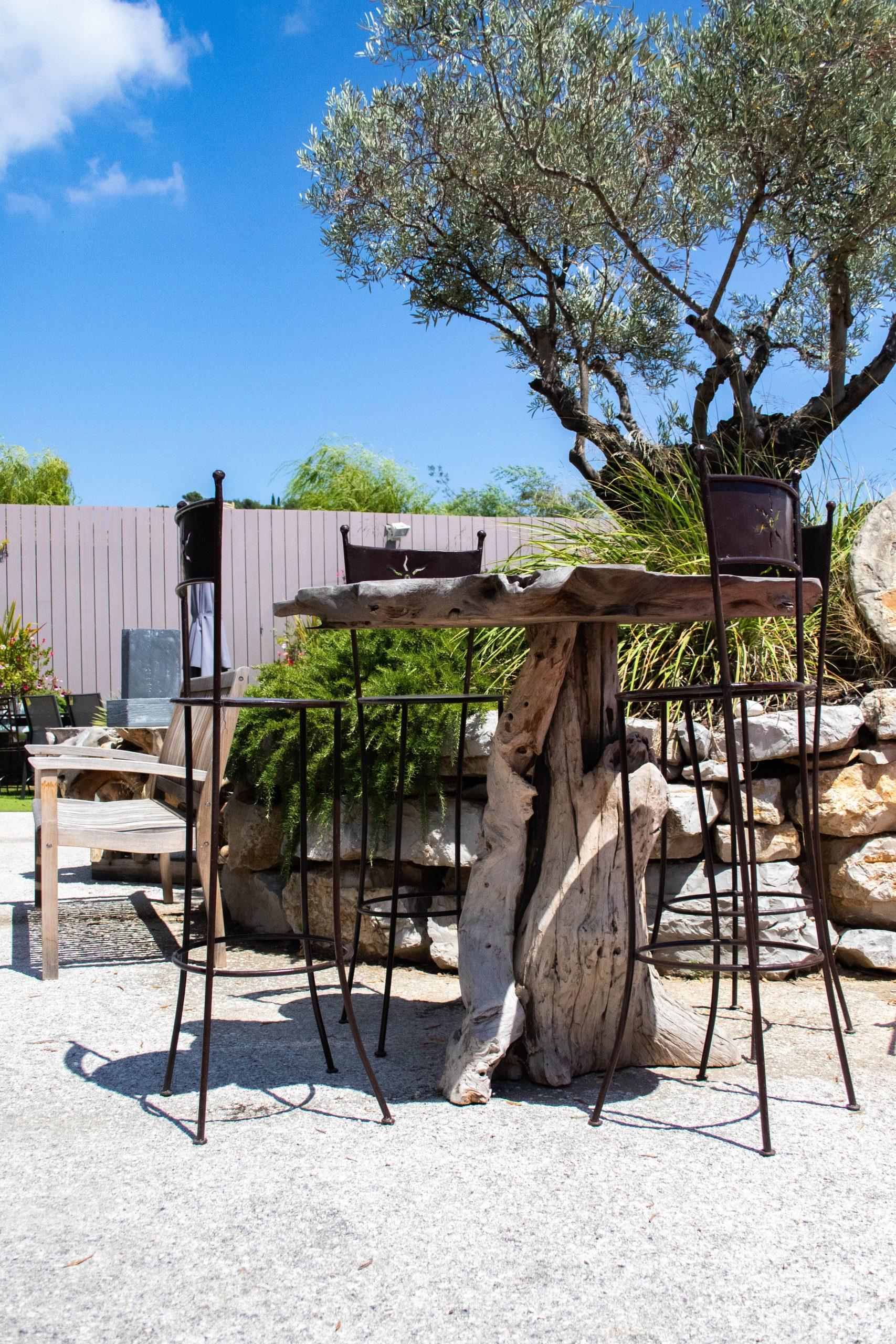 Table En Teck Et Chaises Hautes En Fer Forgé #deco ... encequiconcerne Décoration Jardin Fer Forgé