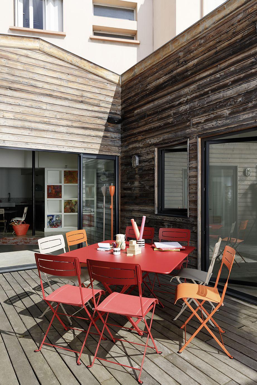 Terrasse Avec Table #cargo, Chaises Slim Et #torches De ... avec Torches De Jardin