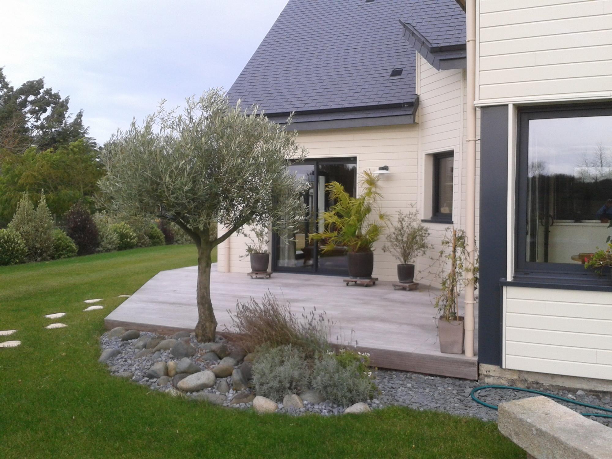 Terrasse En Bois Avec Clôture Pour Masquer Le Vis À Vis ... intérieur Cacher Vis A Vis Jardin