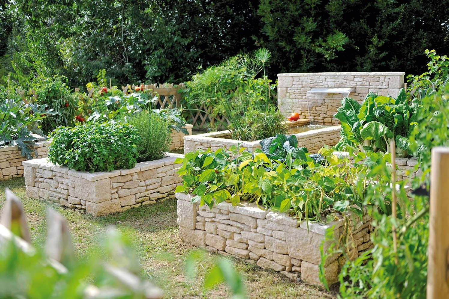 Terrasse : Jeux Minéraux Et Aquatiques | Carré Potager ... dedans Jardin En Carré Surélevé