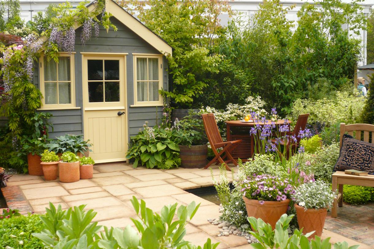 Trois Astuces Pour Customiser Son Abri De Jardin - Détente ... à Comment Aménager Son Jardin Devant La Maison