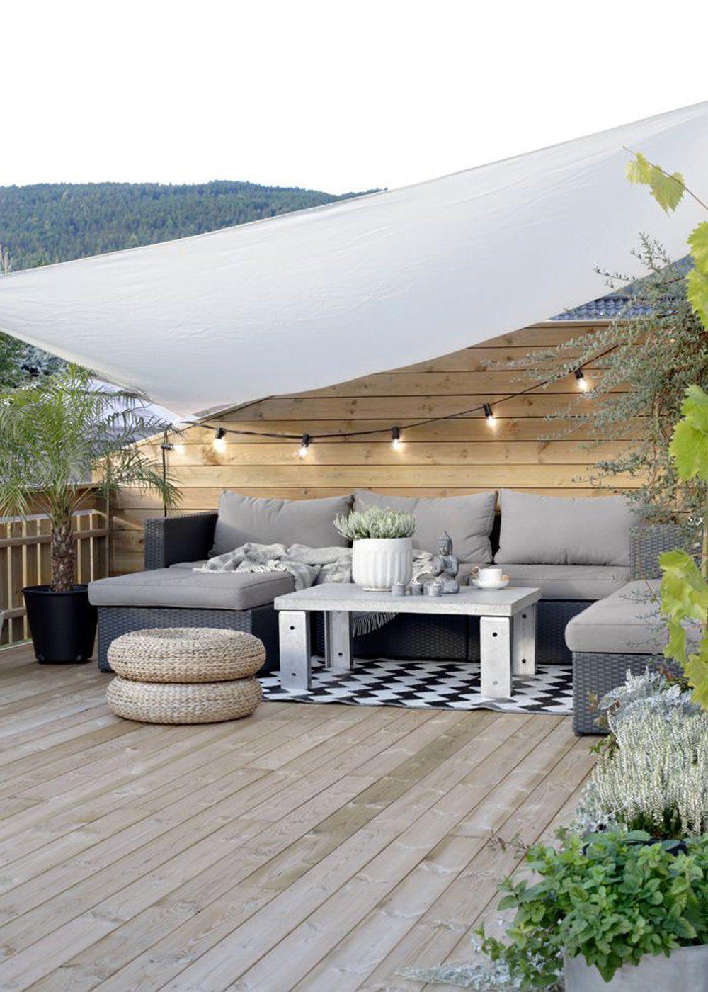 Un Jardin Terrasse Doté D'une Guirlande Lumineuse D'un Salon ... serapportantà Salon De Jardin Lumineux
