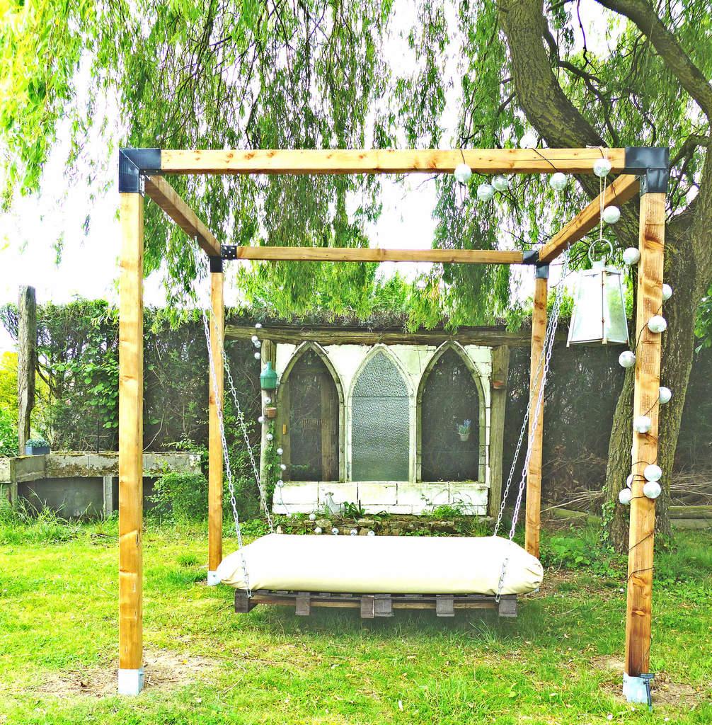 Un Lit Suspendu Dans Le Jardin - À La Jolie Trouvaille encequiconcerne Lit Suspendu Jardin