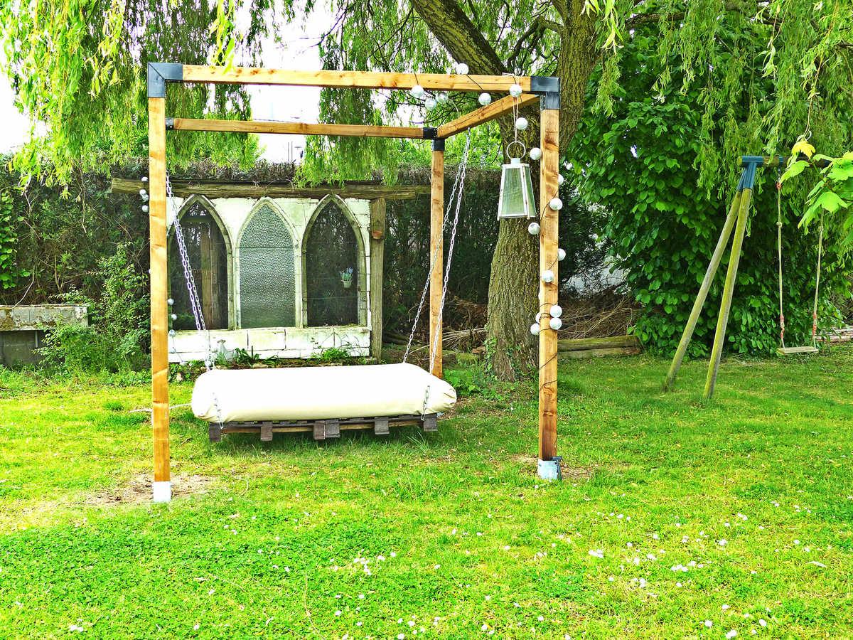 Un Lit Suspendu Dans Le Jardin - À La Jolie Trouvaille tout Lit Suspendu Jardin