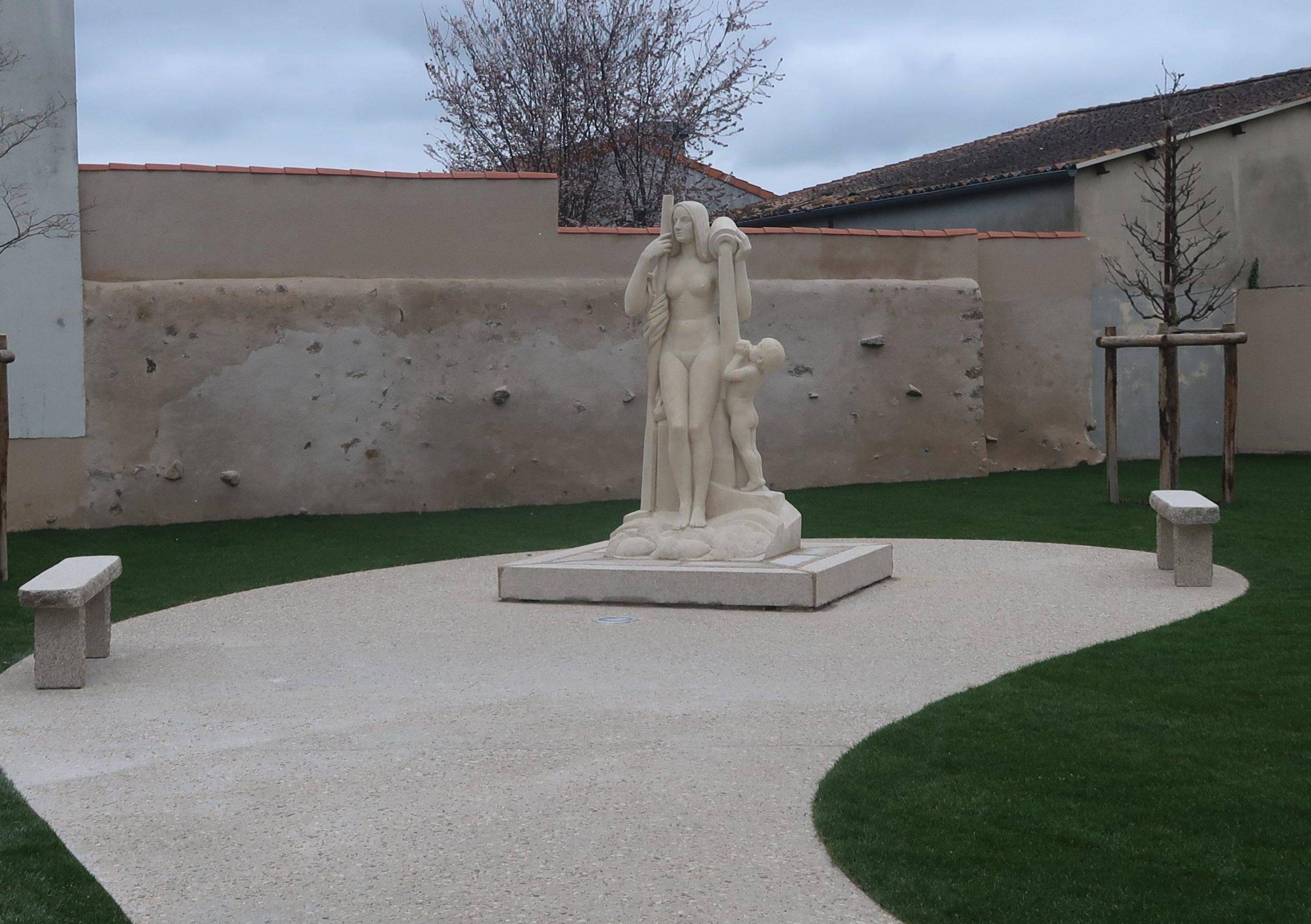 Un Nouveau Square Pour La Statue De La Rivière destiné Statues De Jardin Occasion