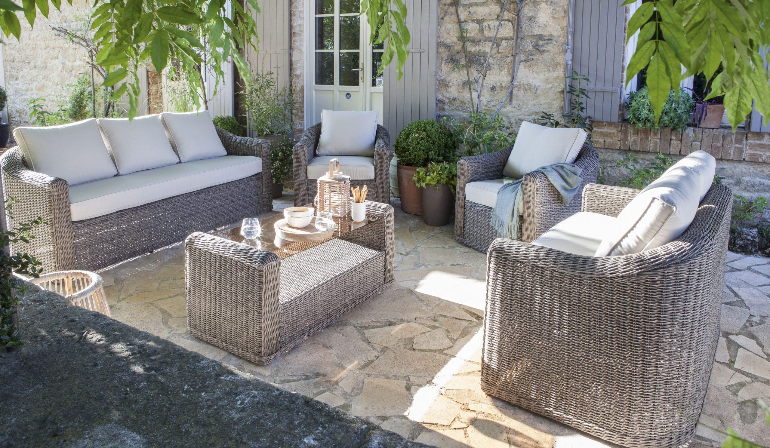 Un Salon De Jardin Gris Anthracite En Résine Tressée Pour ... tout Salon De Jardin Leroy Merlin Resine